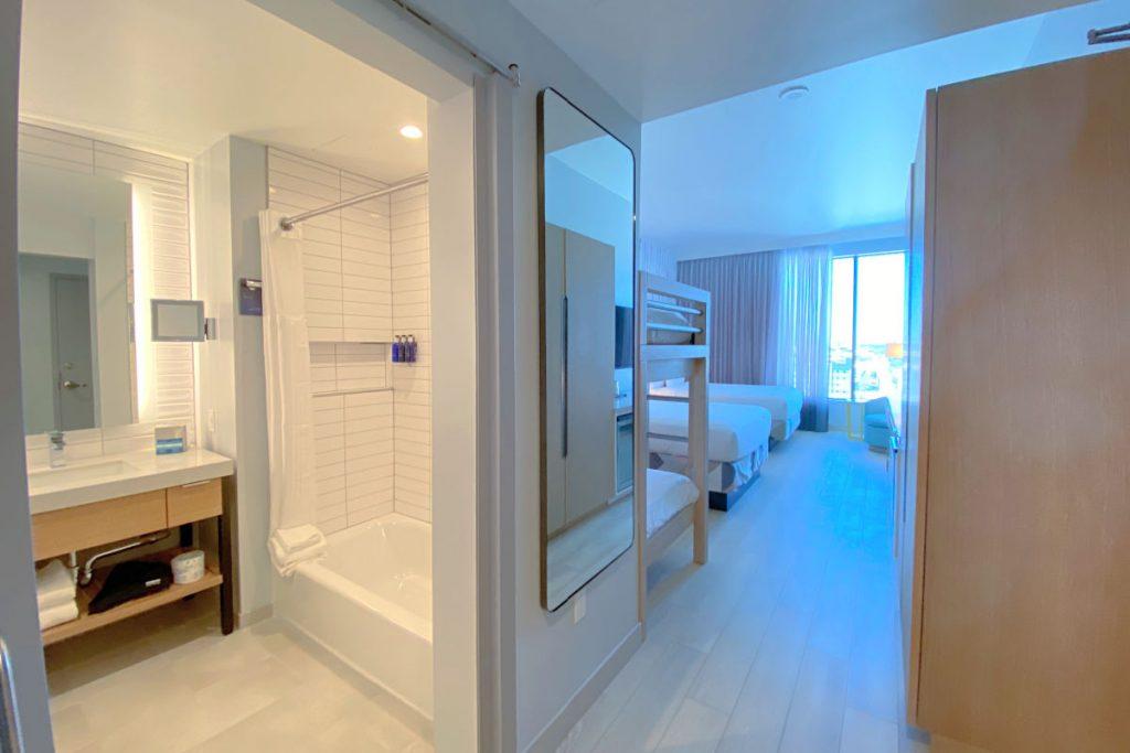 Radisson Blu Anaheim - Full Room Bathroom View